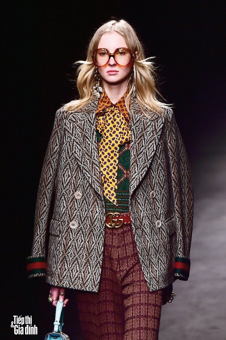 A model presents a creation for fashion house Gucci during the Autumn-Winter 2016 / 2017 Milan Fashion Week on February 24, 2016. / AFP PHOTO / GIUSEPPE CACACE