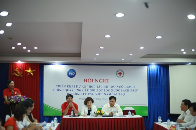 Dem nuoc sach den cho nguoi ngheo hinh anh 1